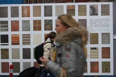 Bunte Plakatwände in Amsterdam